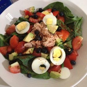 Tuna, jajce in zelenjava na krožniku